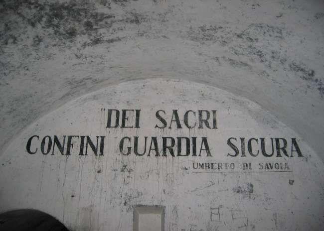 Il motto della Guardia alla Frontiera sulle pareti di un'opera in Valle Maira, presso lo sbarramento di Ponte Cheina