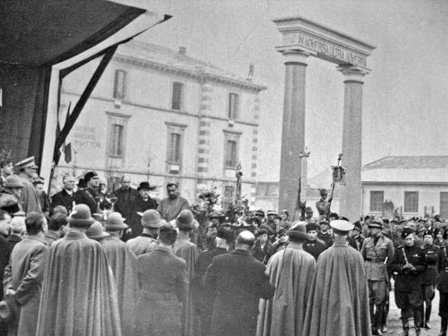 Novembre 1934, inaugurazione del Monumento ai Caduti, caserma Testa Fochi.
