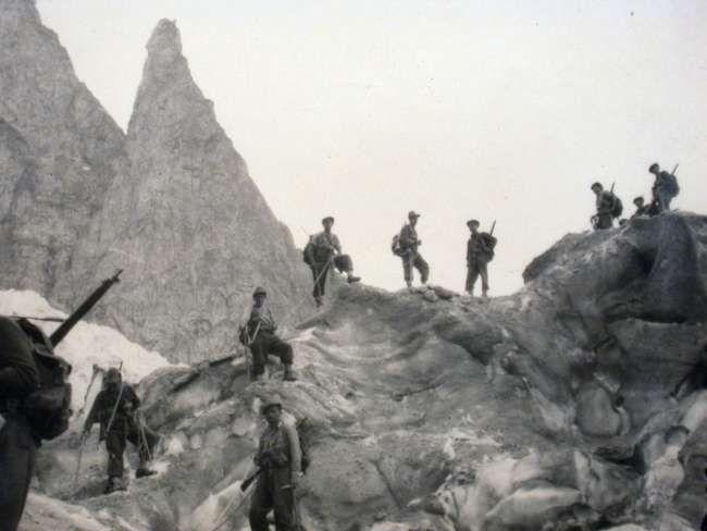 1948, Manovre sul ghiacciaio del Freney sul Monte Bianco.