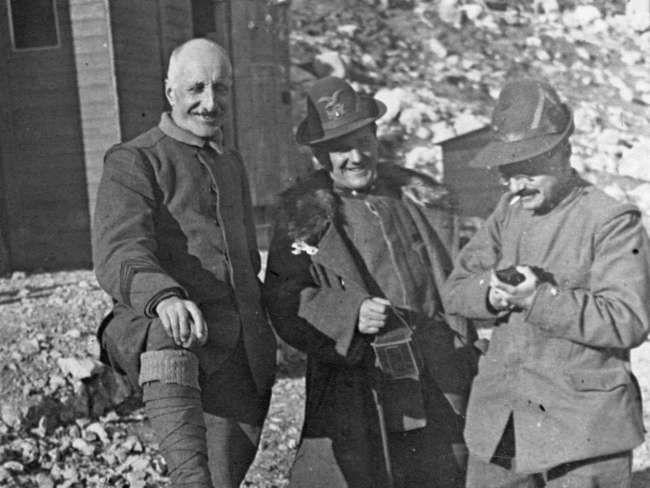 L'onorevole Bissolati con il Cappellano del Btg. Aosta e Silvio Gabriolo.