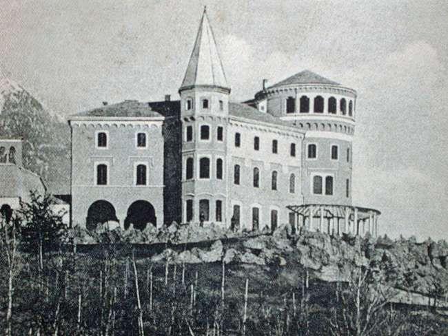 Il castello Duca degli Abruzzi, sede dal 1934 della Scuola Militare Alpina.