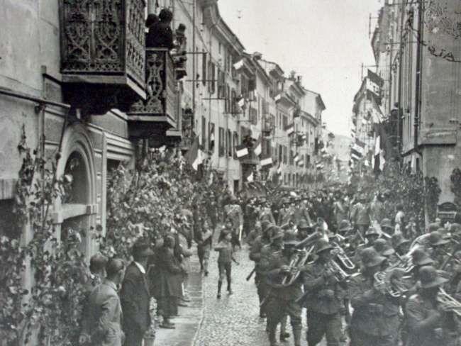 1934, il IV Regg. Alpini in arrivo da Ivrea sfila nelle vie di Aosta.