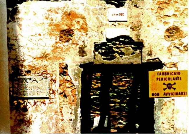 Placca sottosettore X/A sui resti di una casermetta in Valgrisenche